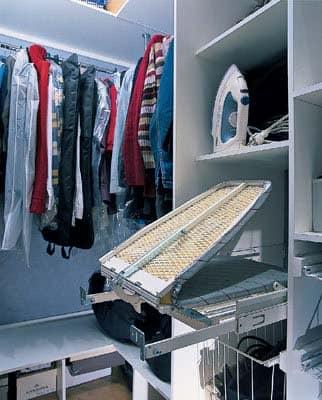 Компактная гладильная доска для маленькой гардеробной