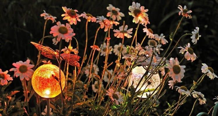 Маленькие садовые светильники в траве фото