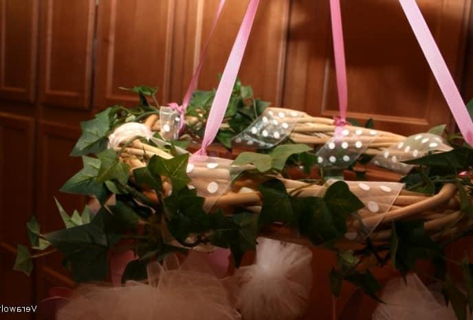 Привязываем гирлянды к венку