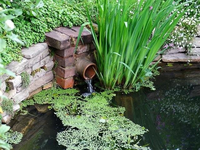 Декор трубы с водой в прудах и водоемах