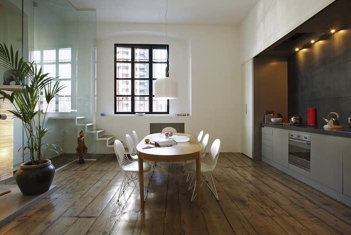 Белые стены и деревянные полы квартиры в стиле Лофт в Милане на фото