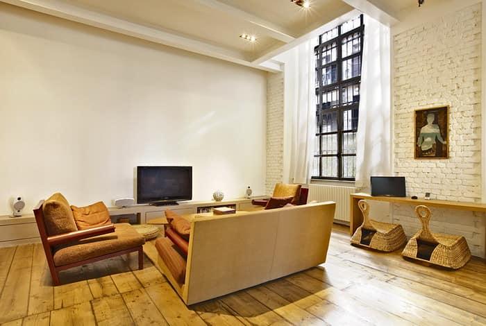 Просторная гостиная с высокими окнами в квартире Лофт стиля в Милане