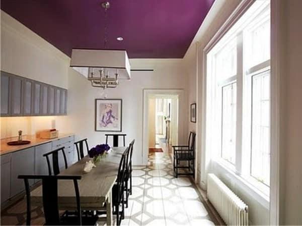 Фиолетовый потолок — украшение для строгого интерьера. Он удачно отвлекает внимание от излишне длинного помещения