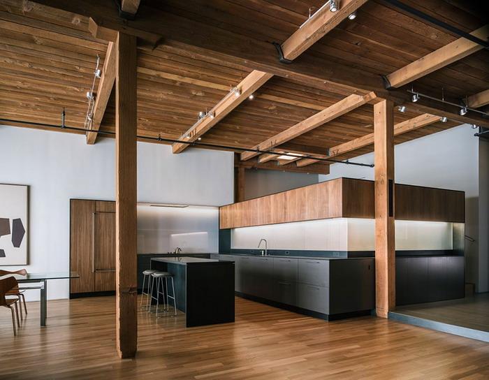 Кухня с деревянным потолком в Сан-Франциско. Лофт квартира