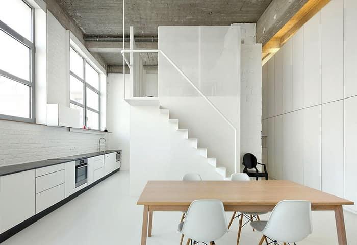 Двухэтажная белоснежная квартира в стиле лофт в Брюсселе на фото