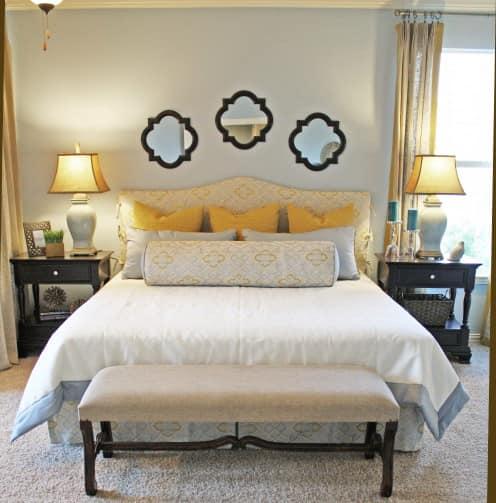 Зеркала как декоративные элементы над кроватью в спальне