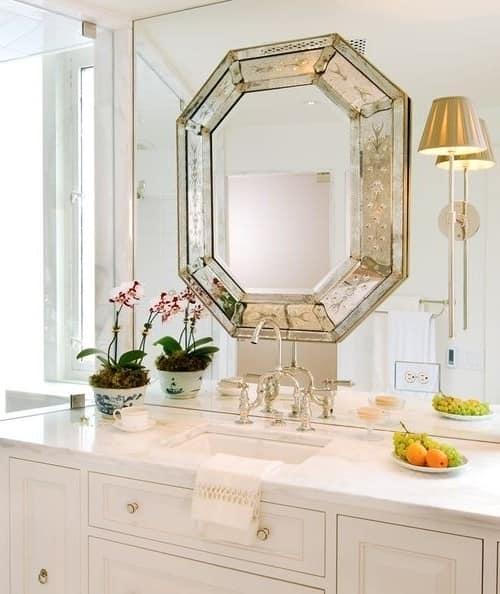 Зеркало над умывальником в ванной комнате фото