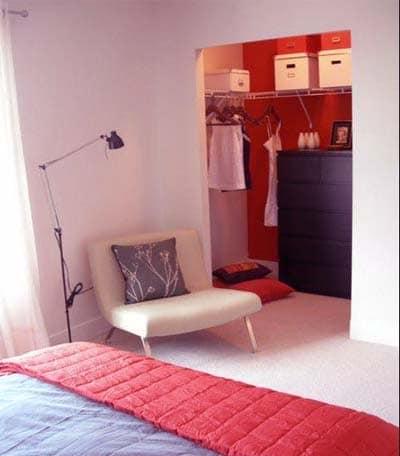 Маленькая гардеробная в нише в спальне