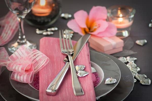 Розовые салфетки в декоре стола на день святого Валентина