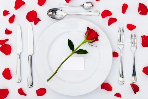 Белая скатерть на стол 14 февраля