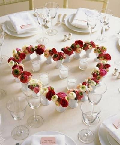 Сердечко из цветов в вазочках на столе 14 февраля