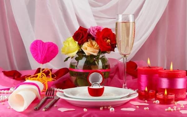 Розовая скатерть и декор стола атласными лентами 14 февраля