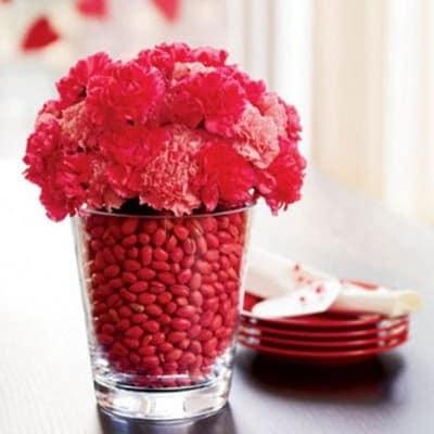 Розовый и белый цвет для сервировки стола на день всех Влюбленных