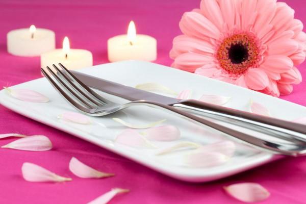 Украшаем стол свечами 14 февраля