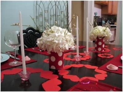 Декор стола на 14 февраля бумажными ажурными салфетками