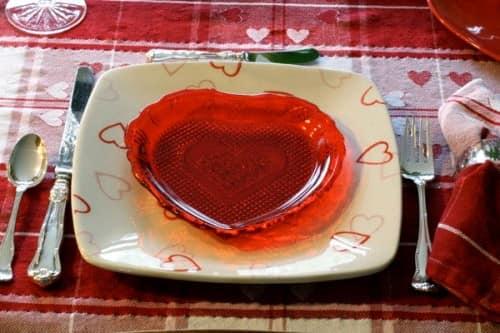 Романтичная сервировка стола на день святого Валентина фото