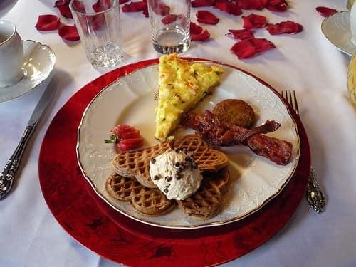 Белый и красный цвет для сервировки стола на 14 февраля