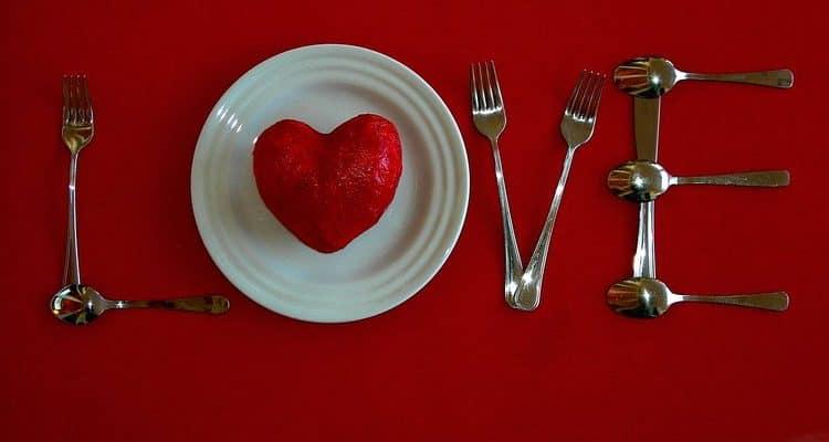 Украшение и сервировка стола на 14 февраля - фото и идеи