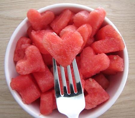 Сердечки из арбуза на день всех влюбленных