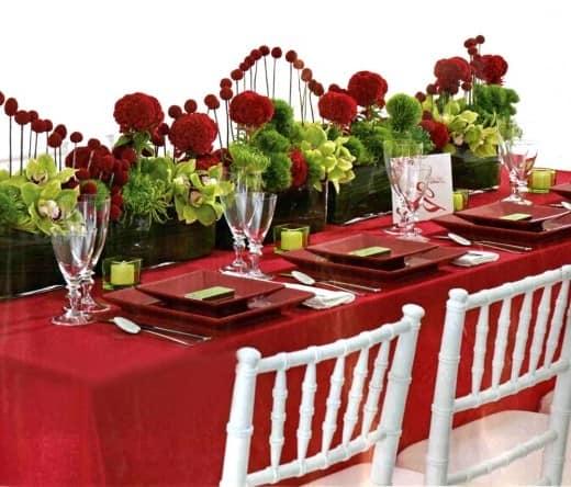 Красная скатерть для сервировки стола на 14 февраля