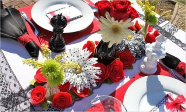 Сервировка стола на 14 февраля с цветами