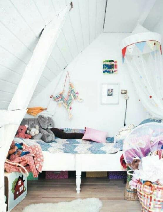 Уютная детская комната под крышей