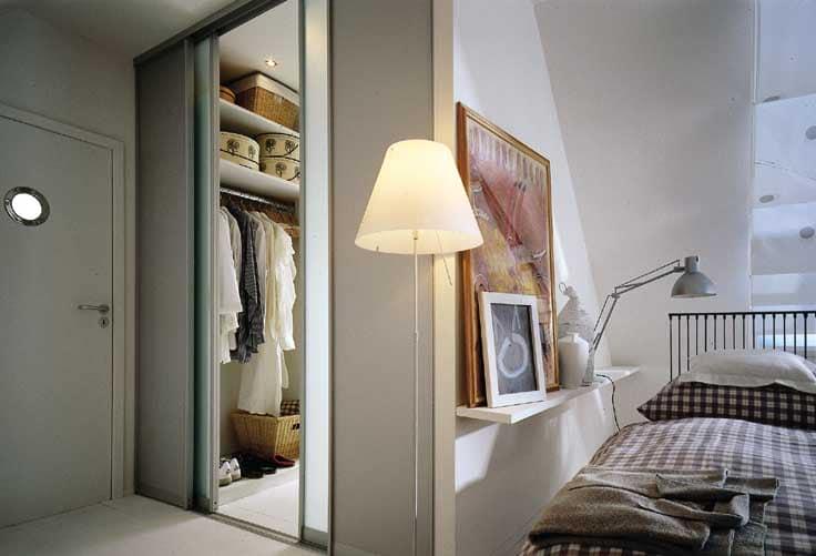 Отдельный вход в гардеробную рядом с кроватью