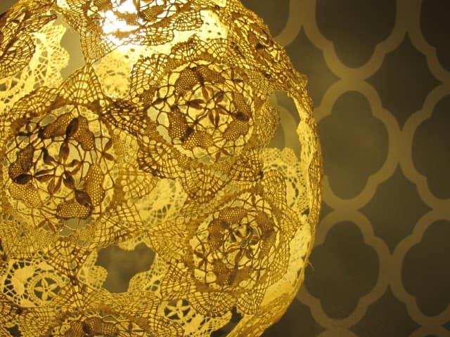 Круглый кружевной светильник из салфеток сделан своими руками