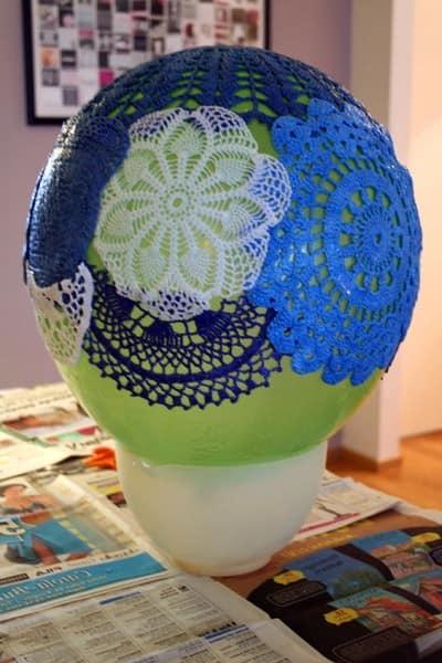 Накладываем салфетки на шарик, придавая форму светильнику