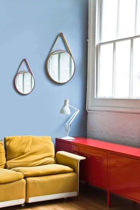Два простых зеркала в интерьере гостиной фото