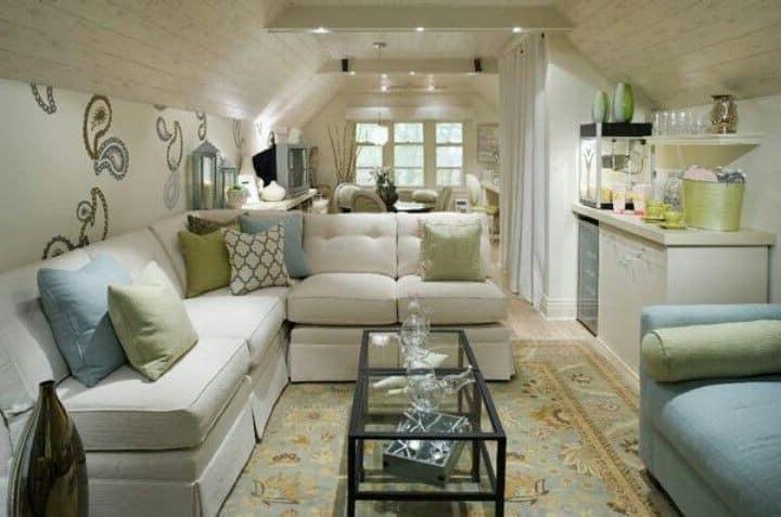 Великолепная гостиная комната на чердаке