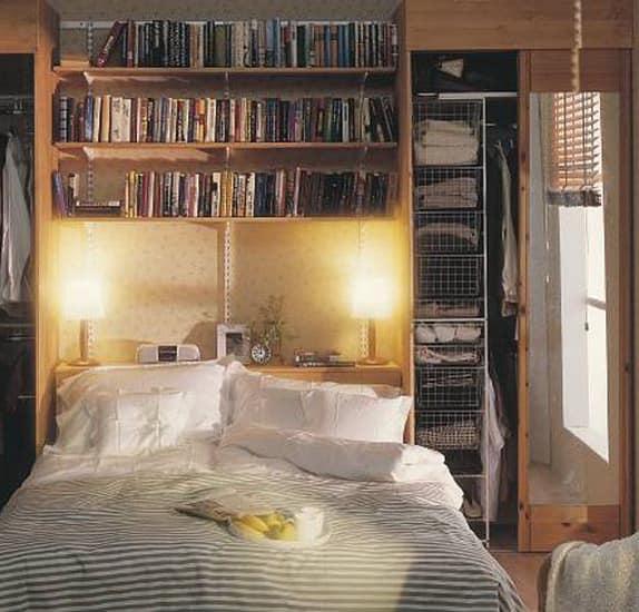 Гардеробная за кроватью