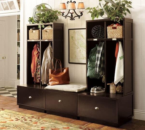 Вешалка и шкафчики для хранения вещей в прихожей