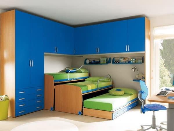 Трехярусная кровать для трех детей в детской