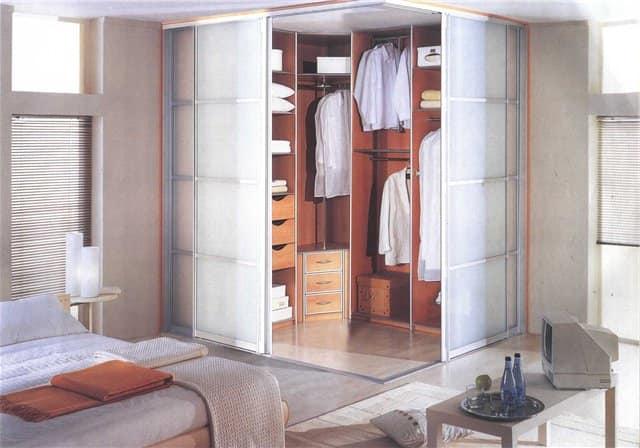 Хорошее освещение в гардеробной: прозрачные тенки