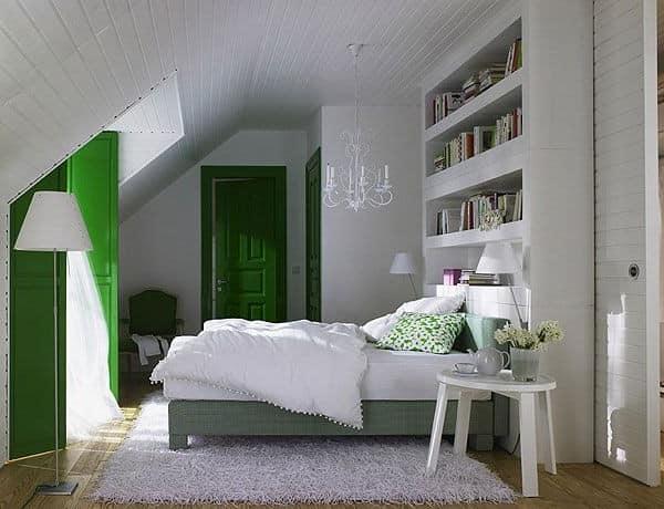 Простая спальня на чердаке