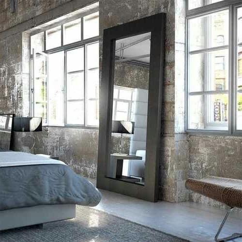 Большое зеркало в рост в интерьере спальни фото
