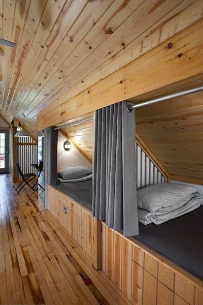 Просторная гостевая спальня на чердаке