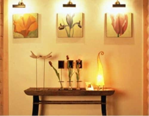Светильник в гостиной для декора + подсветка настенных картин