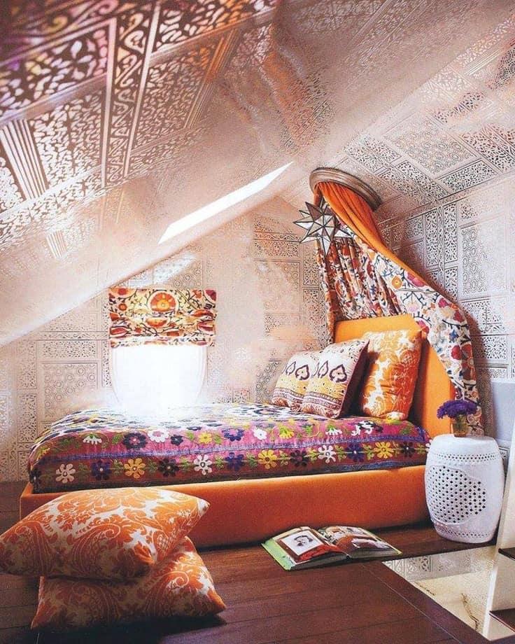 Красивая спальня на чердаке в восточном стиле