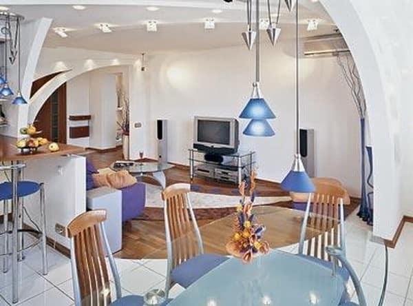Визуальное отделение верхними светильниками гостиной от кухни