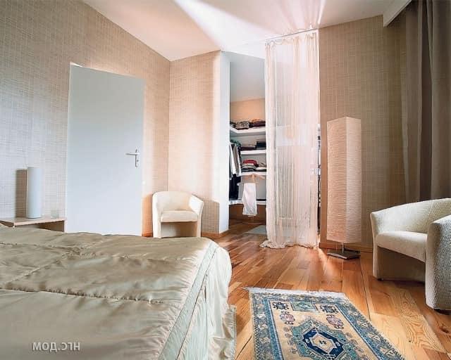Гардеробная в спальне за шторкой