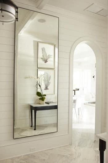Большое зеркало позволит зрительно увеличить прихожую
