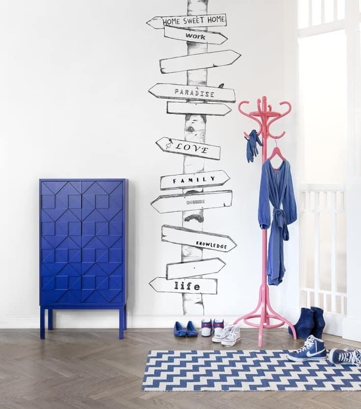 Яркие плоские элементы + наклейка или рисунок на стене в прихожей