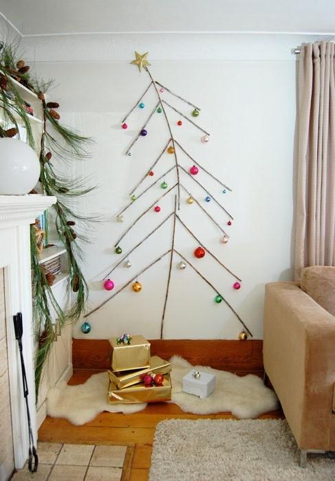 Плоская елка для новогоднего декора и зрительного увеличения прихожей