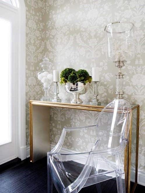 Оригинальное решение: прозрачная мебель: идея, как визуально увеличить прихожую