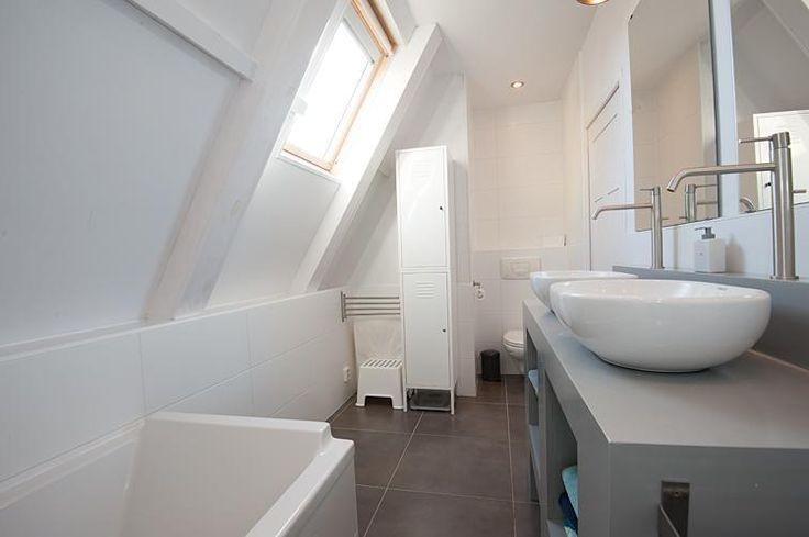 Белая ванная на чердаке