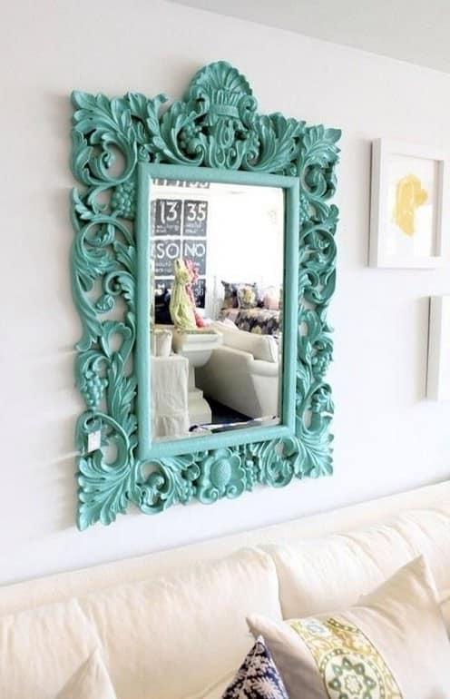 Вешаем зеркало над диваном для декора гостиной фото