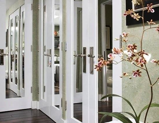 Зеркальные двери в интерьере квартиры фото