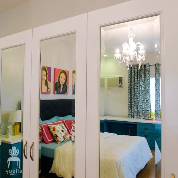 Зеркальная дверь и стена в интерьере спальни фото